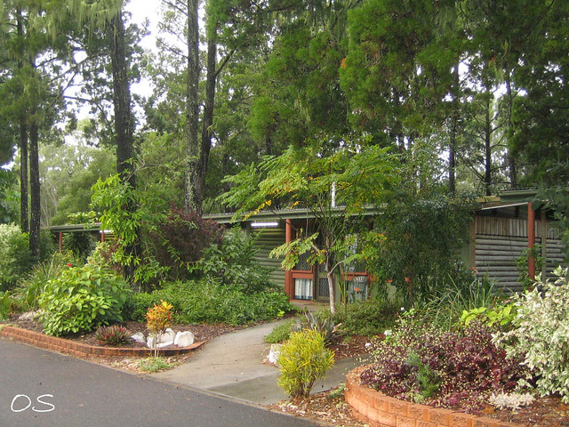 Colonial log cabins resort hervey bay australia for Colonial log homes
