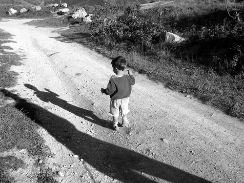 Kind auf Weg und Schatten