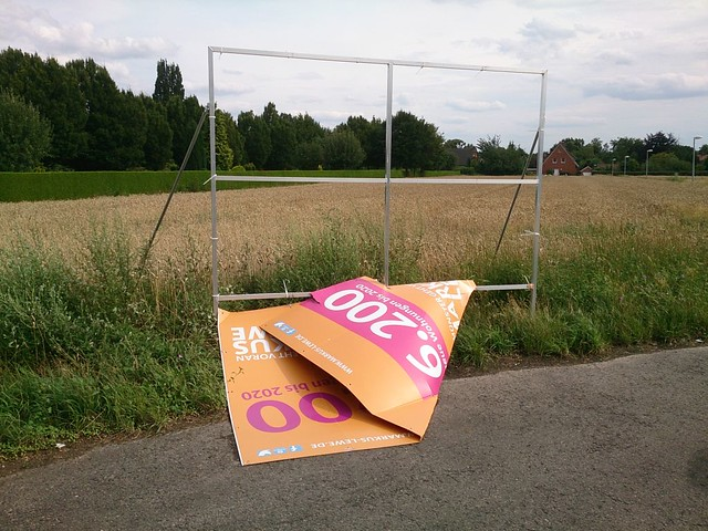 Nach einem Sturm zerstörtes Wahlplakat von CDU-Oberbürgermeister Markus Lewe in Roxel