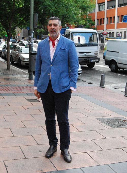 青テーラードジャケット×黒パンツ×黒コインローファー