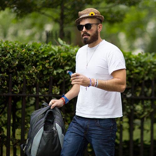 無地白Tシャツ×デニムパンツ+ストローハット