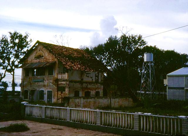 SAIGON 1968 - Tòa nhà Tương Trợ Đại Học Quốc Tế góc Hồng Thập Tự-Cường Để - by Henry Bechtold