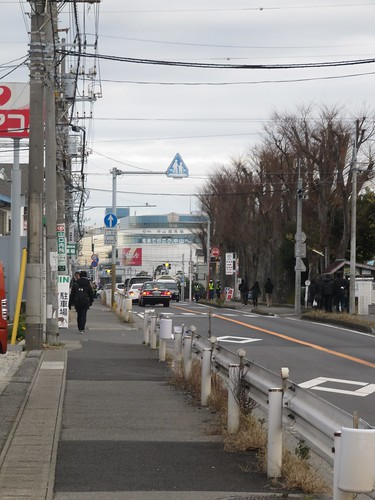 東中山駅から中山競馬場へ徒歩でアクセスする様子