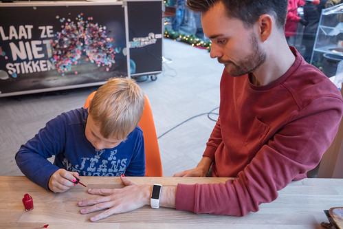 Domien laat zijn nagels lakken voor Tijns actie (3fm.nl/tijn)