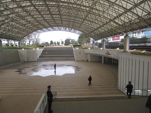 中山競馬場中央門からスタンドへの通路