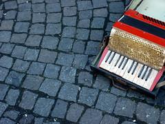 Аккордеон может иметь отношение к музыке