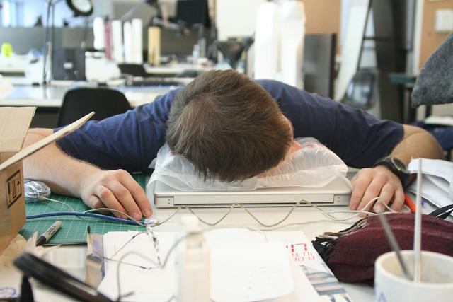 Les experts en sommeil estiment qu'une sieste de 10, 20, voire 30 minutes, est optimale pour récupérer au travail, à la mi-journée - © Jordan Fischer / Flickr CC.