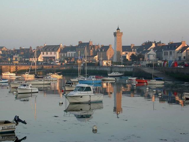Roscoff - Le phare se mire dans le port