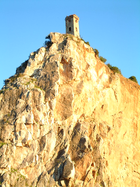 Tower at Vicopisano on a rock