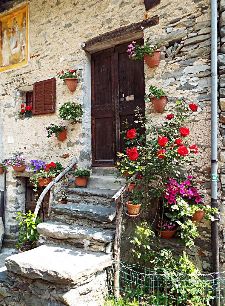 Borgata Tallorno Alta Valchiusella (angoli fioriti)
