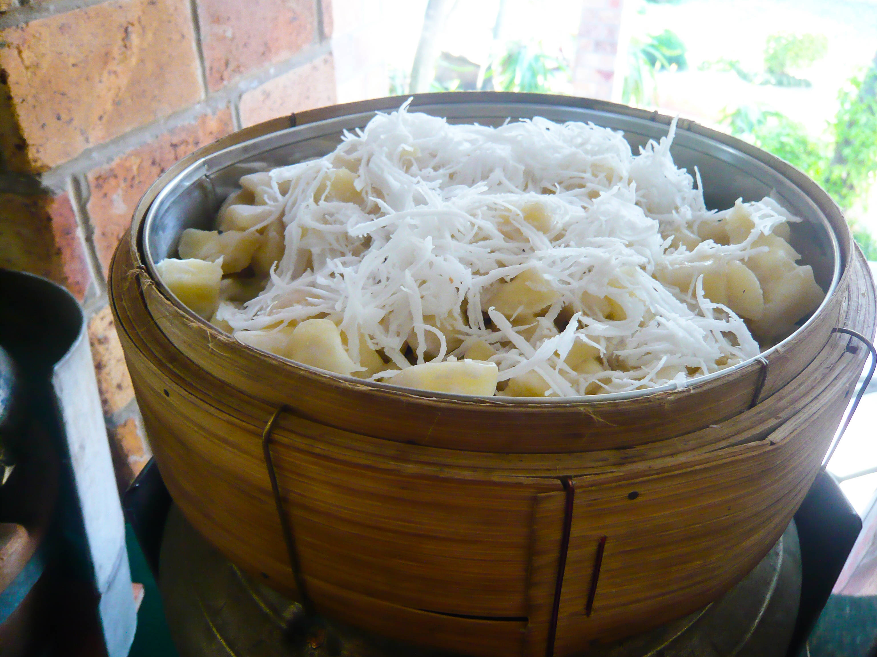 Khoai mì hấp dừa ( Steamed cassava with coconut)