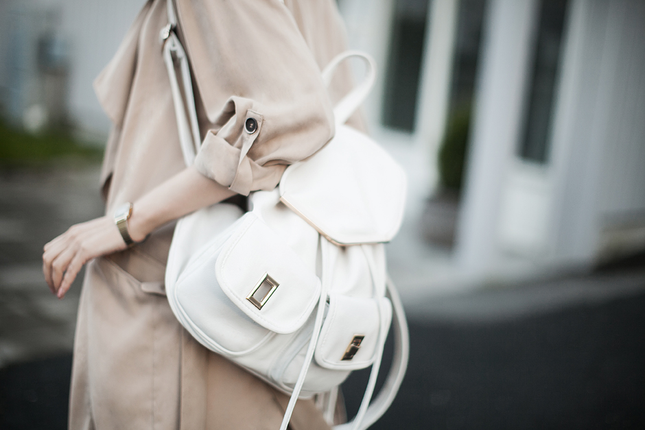 white-backpack-outfit-street-style