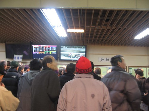 金沢競馬場で競馬を眺めるオッサンたち