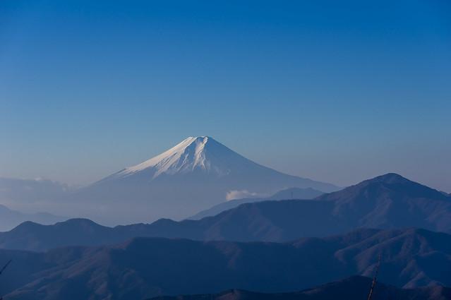 日蔭名栗山を越えて仰ぐ富士山