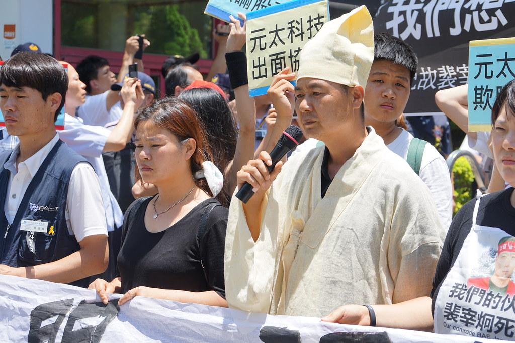 裴宰炯遺孀李美羅(左二)與絕食已超過100小時的李相穆(右二)。(攝影:王顥中)