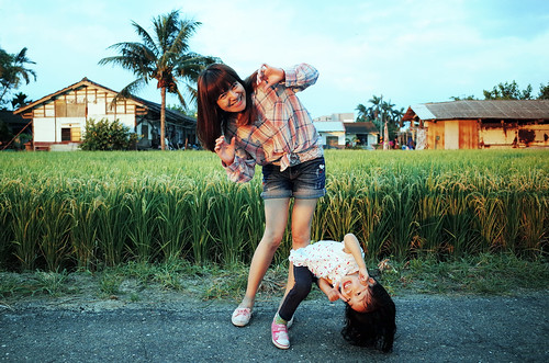 sunset green smile sunrise hair naughty kid funny child play outdoor fields ricohgr motheranddaughter benddown 田園 毛筆 chinesegirl 彎腰 inkbrush writingbrush 俏皮