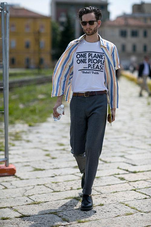 半袖ストライプシャツ×グレースラックス×黒ダービーシューズ
