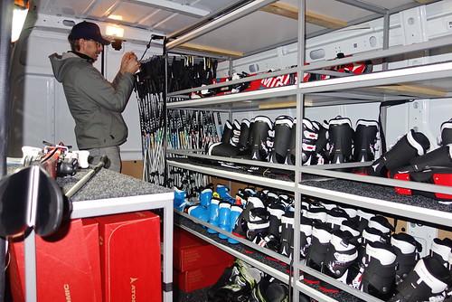 Interiér vozu je plný lyží a bot, takže je zčeho vybírat