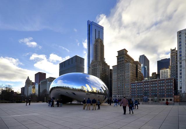 El Cloud Gate en mitad del Millenium Park de Chicago con gente paseando