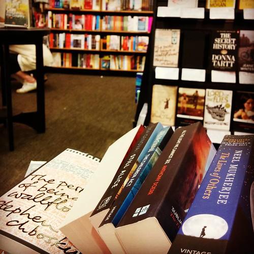 Moeilijke momenten voor een boekenworm. #teveelkeuze #firstworldproblems