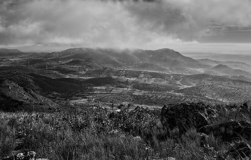 bw españa naturaleza blancoynegro horizontal monocromo natural paisaje nubes pastos nublado sierras silvestre niebla montañas montes bosques nadie medioambiente extremadura caceres airelibre montanchez montañoso lugaresdeinteres eduardoestellez estellez