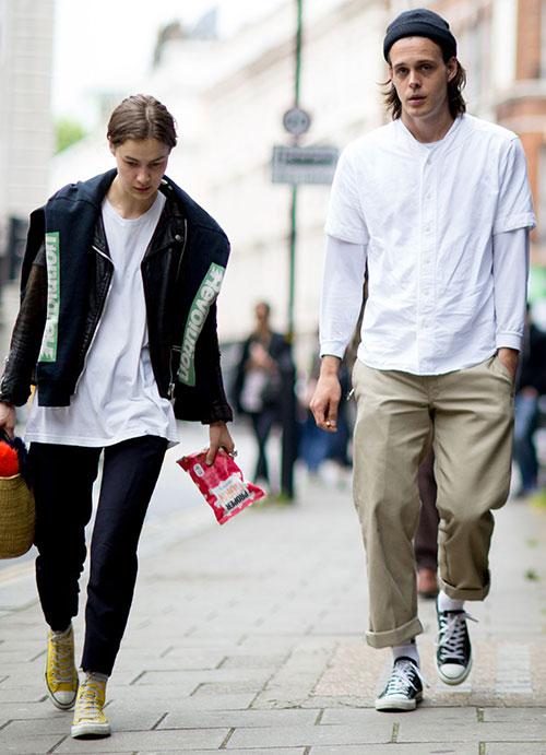 白ロンTにノーカラーシャツの重ね着×チノパン×オールスターロー
