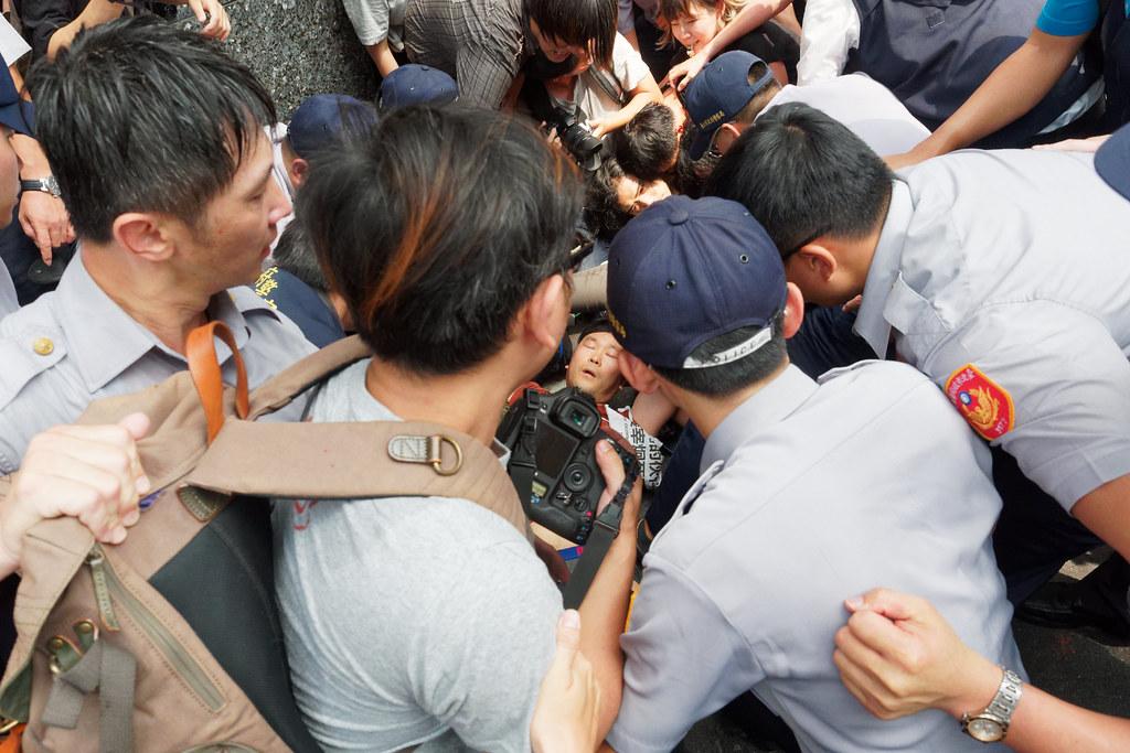 警方終於抓住機會將李尚彥壓制在地上,在激烈拉扯中欲將他逮捕。(攝影:林佳禾)