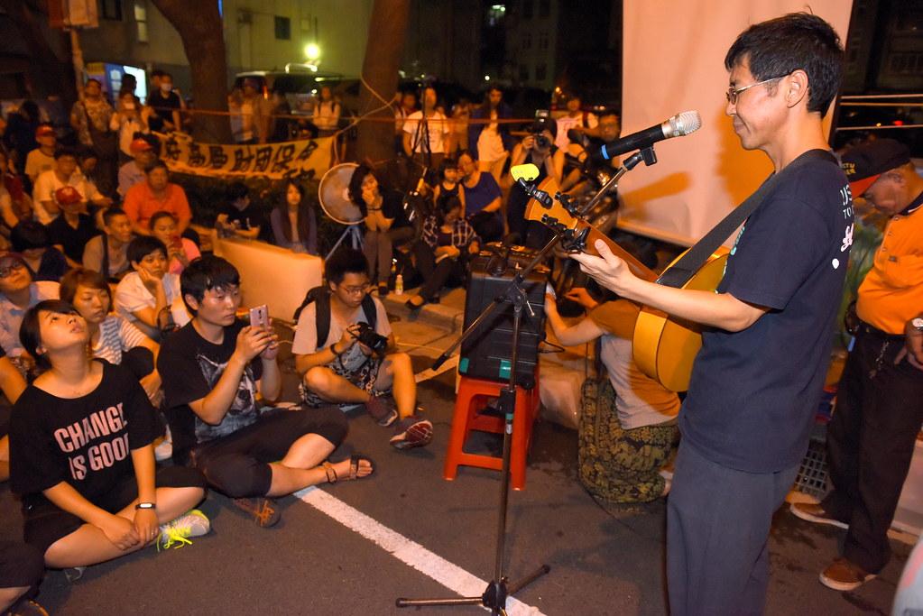歌手林生祥等人為Hydis工人獻唱打氣。(攝影:宋小海)