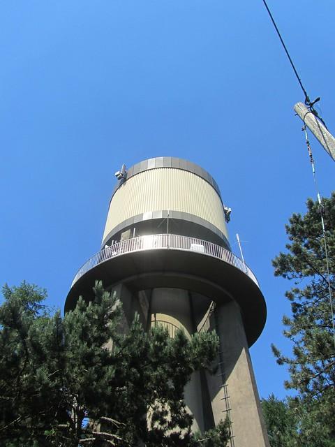 Getarntes Ufo? Überwachungseinrichtung? Oder doch nur ein Wasserturm?