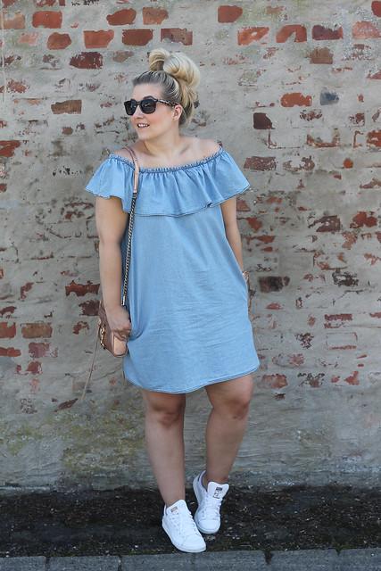 modeblog-outfit-look-jeanskleid-fashionblog-jeans-kleid-sneaker-adidas-stansmith-rosegold-tasche
