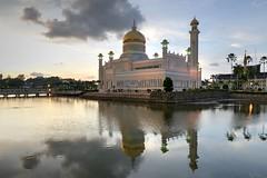 Sultan Omar Ali Saifuddin Mosque at dusk