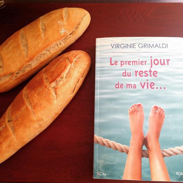 Rentrer de chez marina avec du pain frais fait par ses petites mains et un bon livre #instafood #lepremierjourdurestedemavie #book