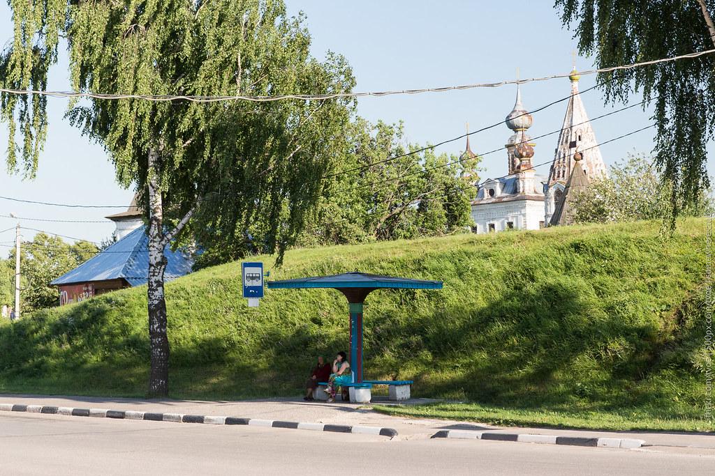 Люди ждут автобус в Юрьеве-Польском