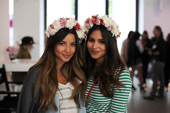 Modebloggerinnen lieben niedliche Blumenkränze