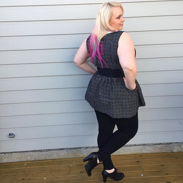 And a shot from the back. This winter I am loving the combo of tights & mini dresses 👌