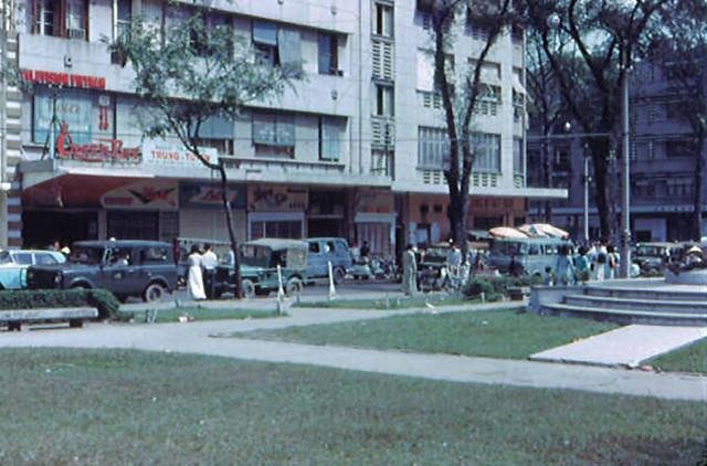 SAIGON 1967-68 by Rodger Fetters - Công viên Đống Đa trước Tòa Đô Chánh