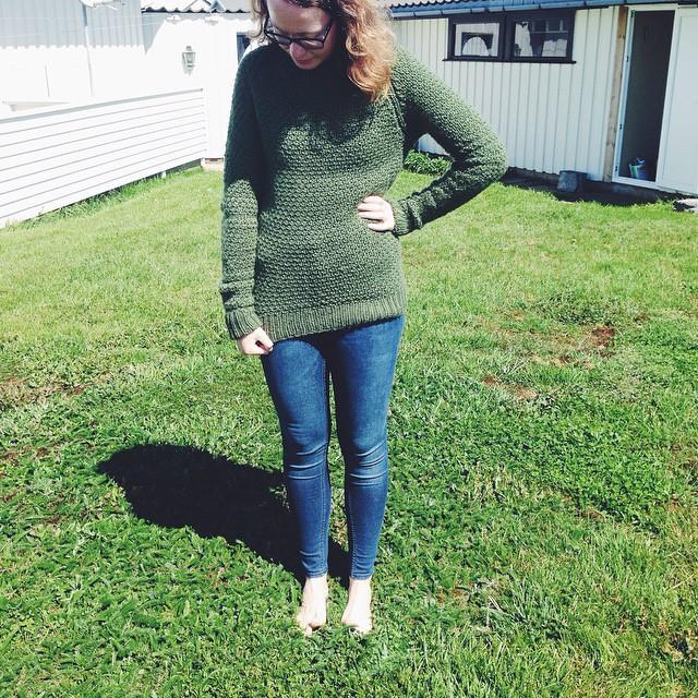 @prydeligstrikk ville ha eit bilete av genseren på, så då skal ho få eit middels bra bilete av genseren på! fotograf: litt utolmodig mor.🌿