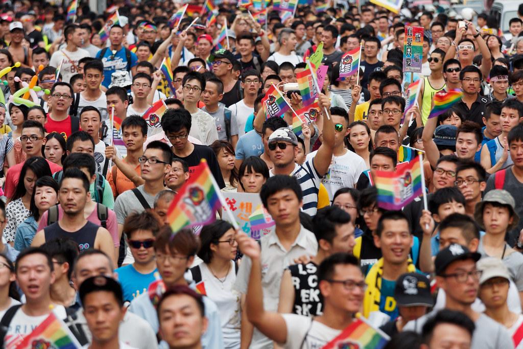參與遊行群眾揮舞著婚姻平權的彩虹旗。(攝影:林佳禾)