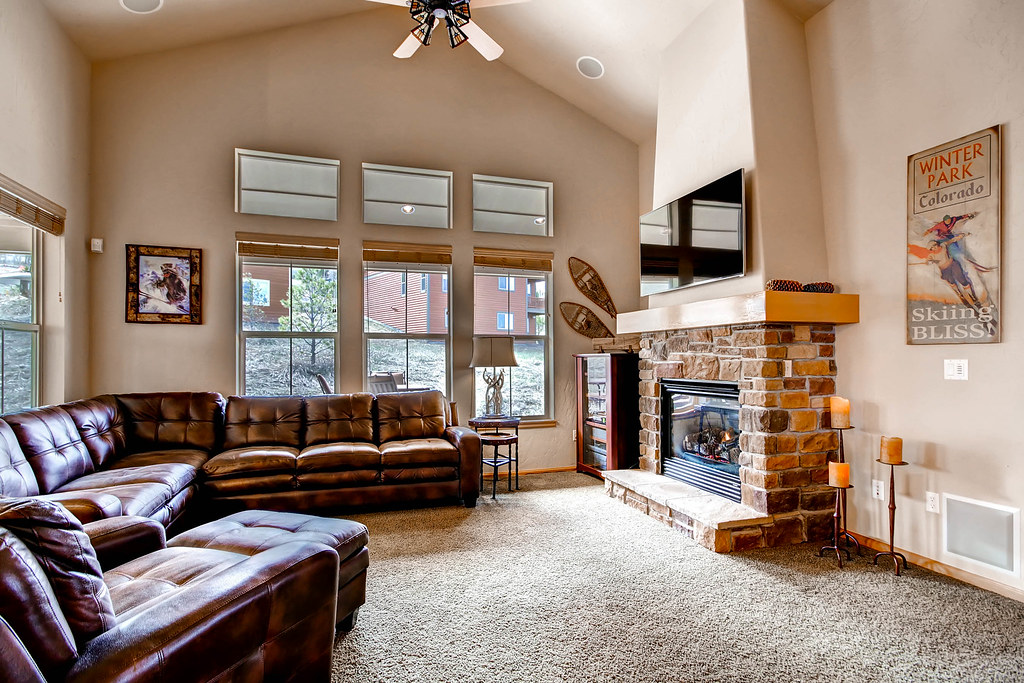 102b granby ranch ski in large deck private hot tub for Living room 102