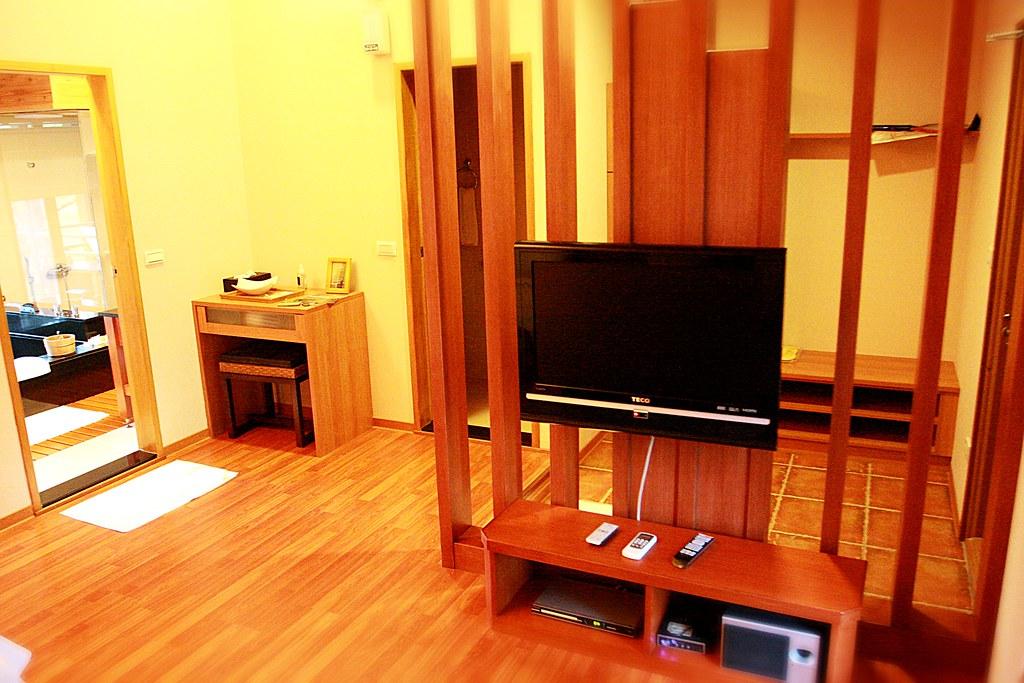 有電視,影音播放設備,音響,左側是浴室,被擋住的那個門就是獨立的廁所