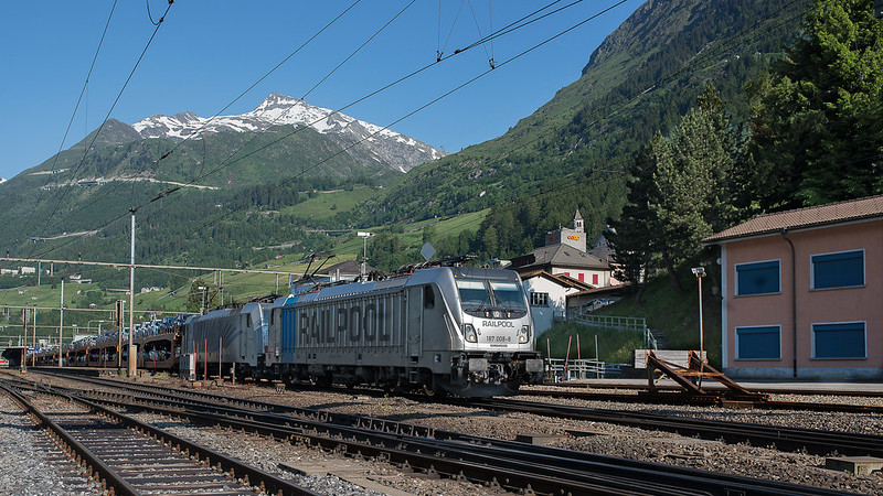 BLS 187 008-8 with a cartrain (Ford) near Airolo