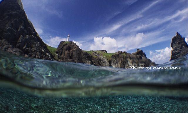 灯台下で潜るときはやっぱりこれを撮らなきゃ♪半水面♪