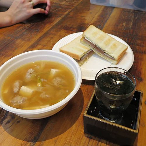 女川汁と、金華さばのサバサンド。あとは、多分お水です。発酵したお米の「承久の宴」的な飲み物。