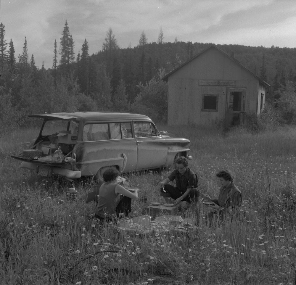 Supper by deserted gold mine buildings, possibly near Geraldton, Ontario / Souper près d'un bâtiment d'exploitation aurifère abandonné, peut-être près de Geraldton (Ontario)
