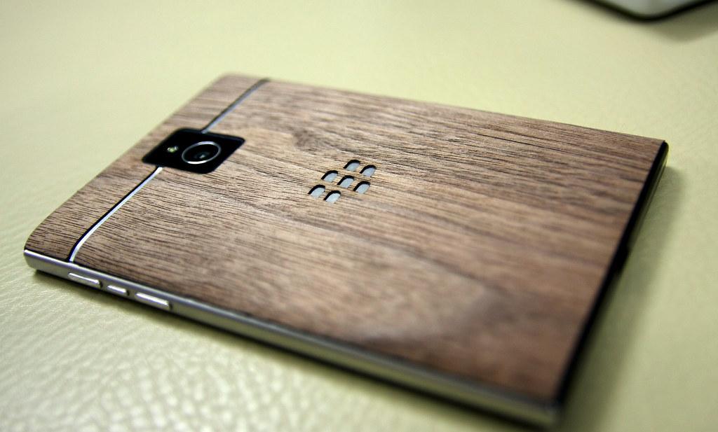 [Phong cách] Blackberry Passport  nắp lưng gỗ độc đáo