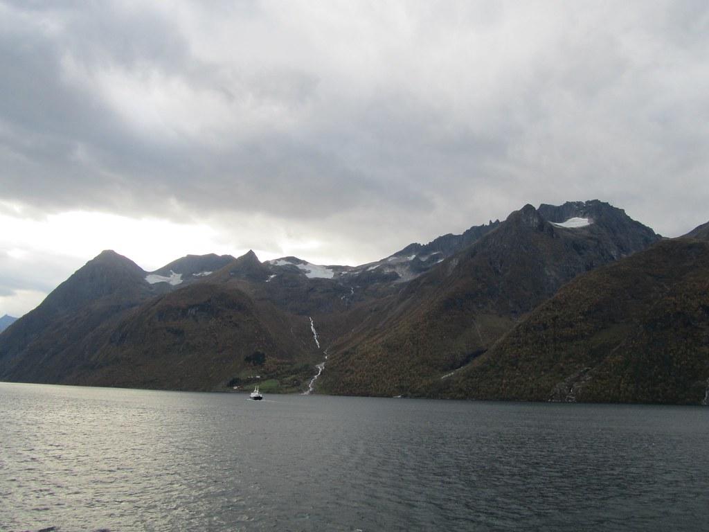 Nieve en las montañas de los fiordos