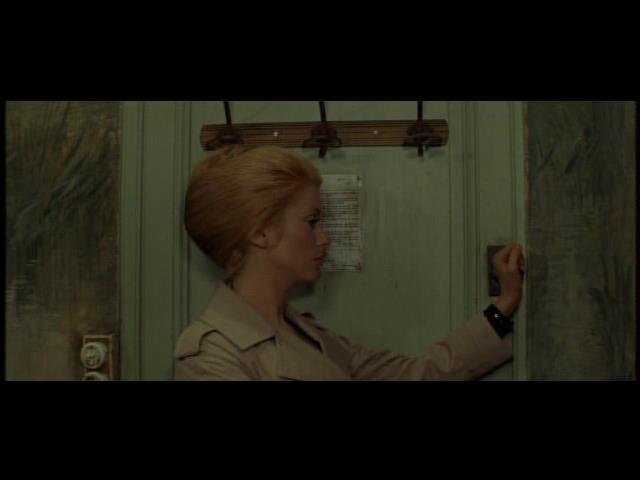 イヴ・サンローラン設計のトレンチコートを着たカトリーヌ・ドヌーヴ。『暗くなるまでこの恋を』より