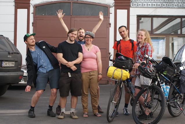 Petit peuple des auberges de jeunesse : Un Norvégien, un Canadien, une Française, un Irakien et une Belge de Suède.