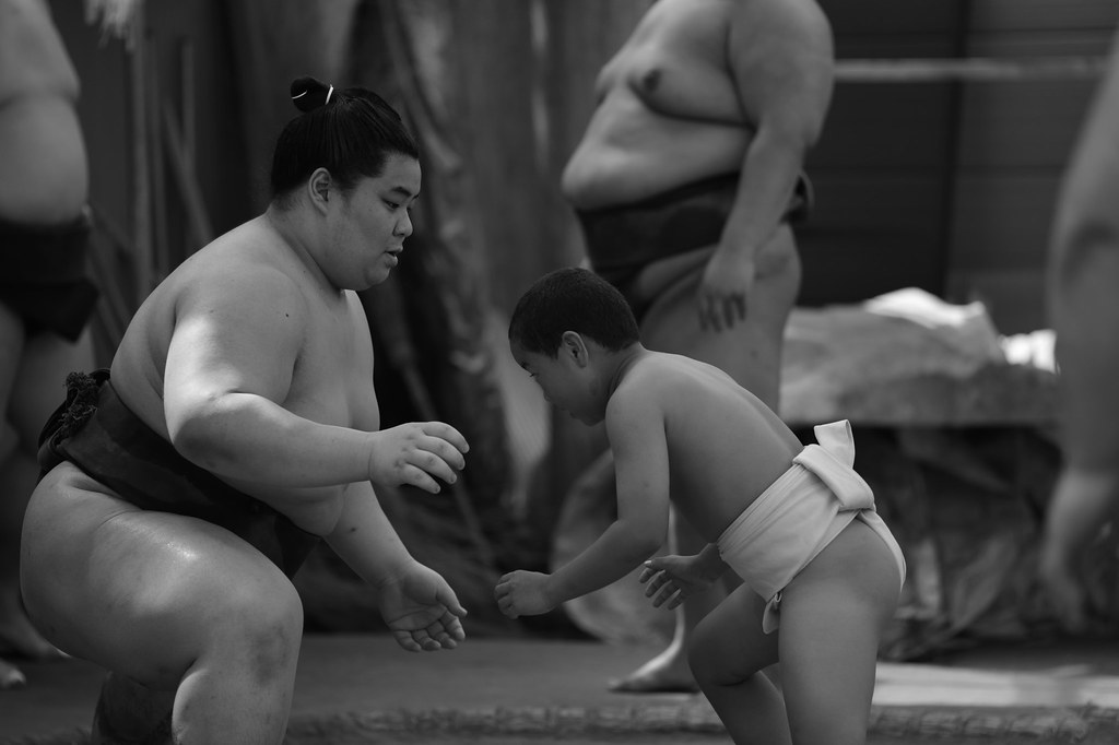 Sumo wrestler teaching to kids wrestler 2015/07 No.1.