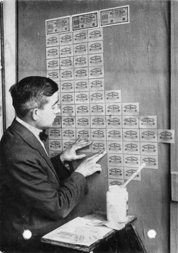 Nemecký muž tapetuje stenu s bezcennými bankovkami